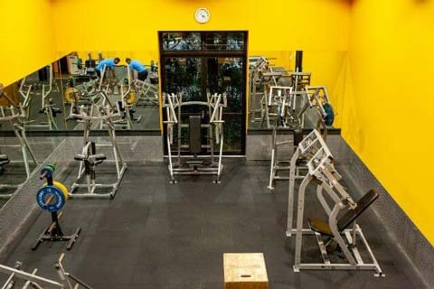 Image of a weights room at the UNSW Fitness and Aquatic Centre with bright yellow walls